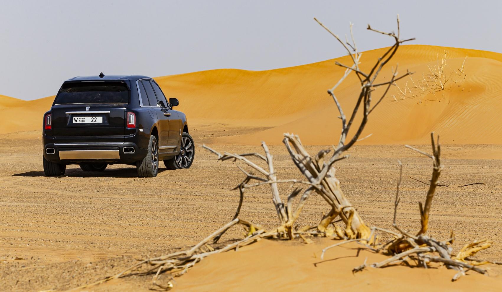 Rolls Royce Cullinan sa predviedol na púšti. Pozrite si foto aj video YYKdprmp3B rolls-royce-cullina