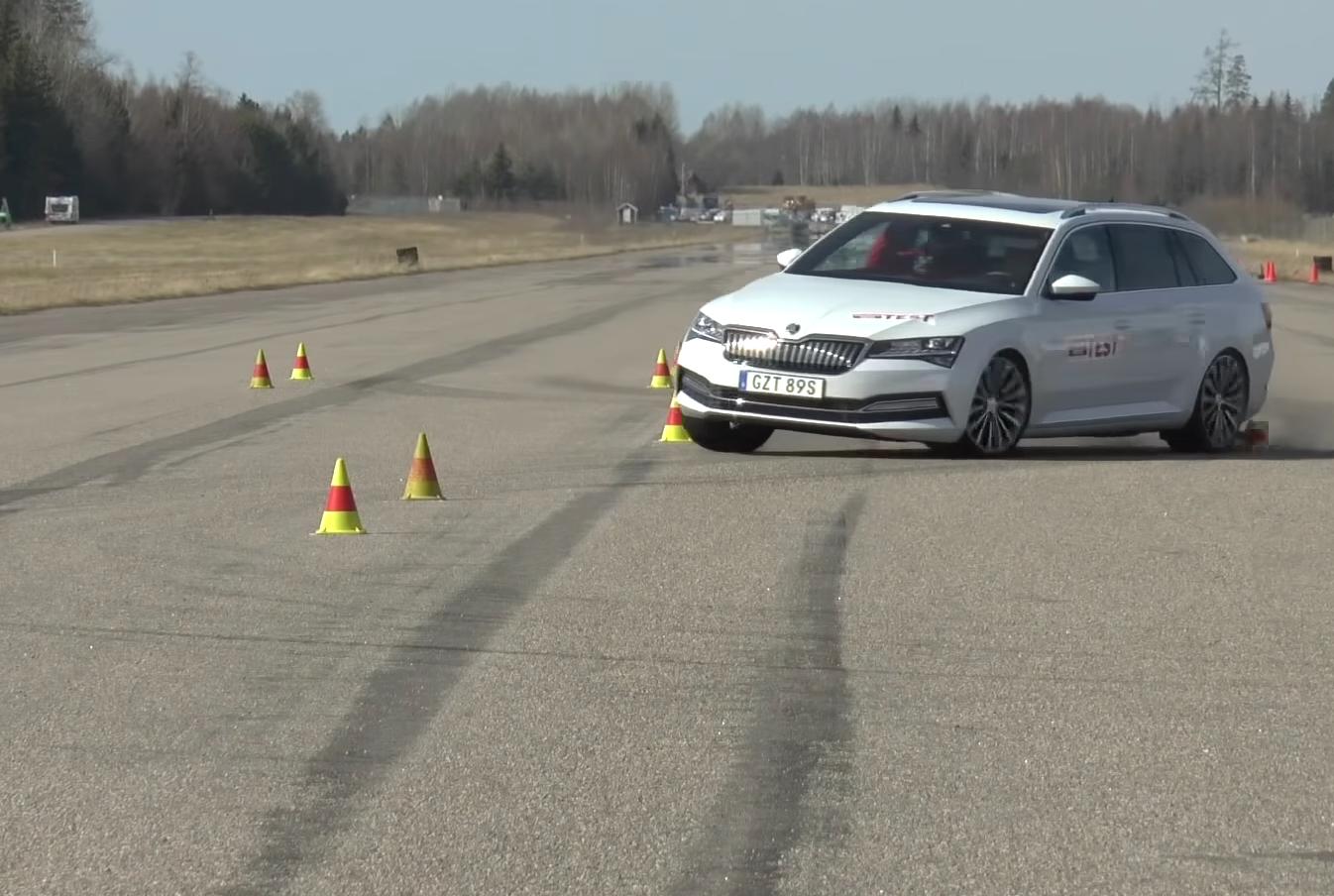 Škoda Superb Combi iV nezvládla losí test. Za Peugeotom 508 SW výrazne zaostala