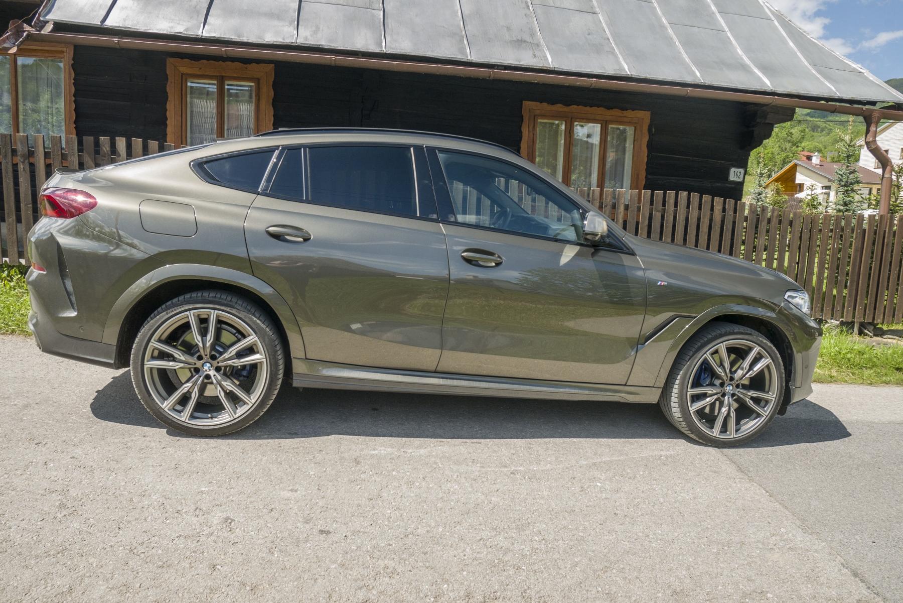 Test: BMW X6 M50i napína benzínové svaly, ale neukazuje plnú silu FjYypZzXed bmw-x6-m50i-32