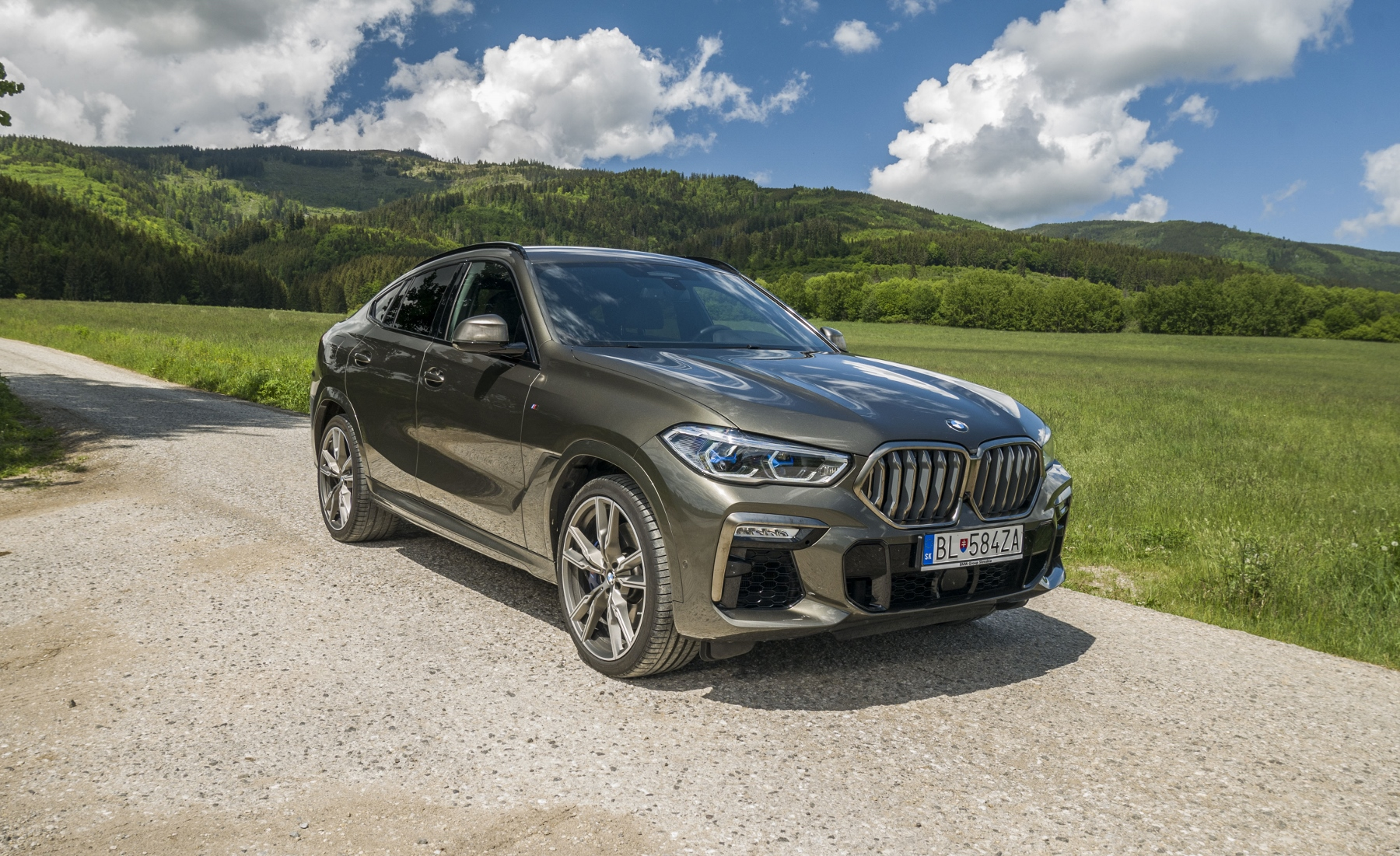 Test: BMW X6 M50i napína benzínové svaly, ale neukazuje plnú silu