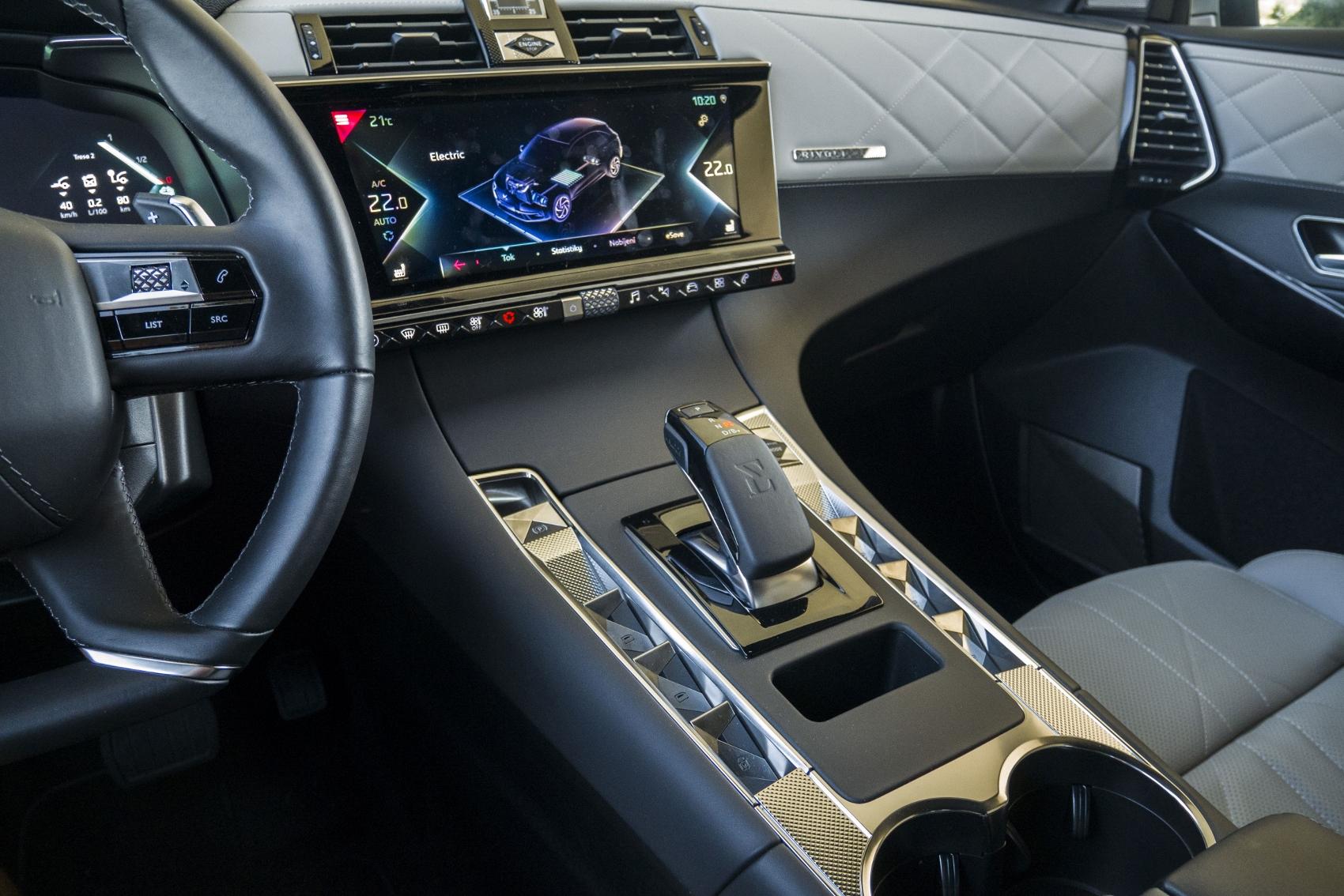 Test: DS 7 Crossback E-Tense kombinuje výborný pohon a luxusnú výbavu HQWf2vNpYu ds-7-crossback-29