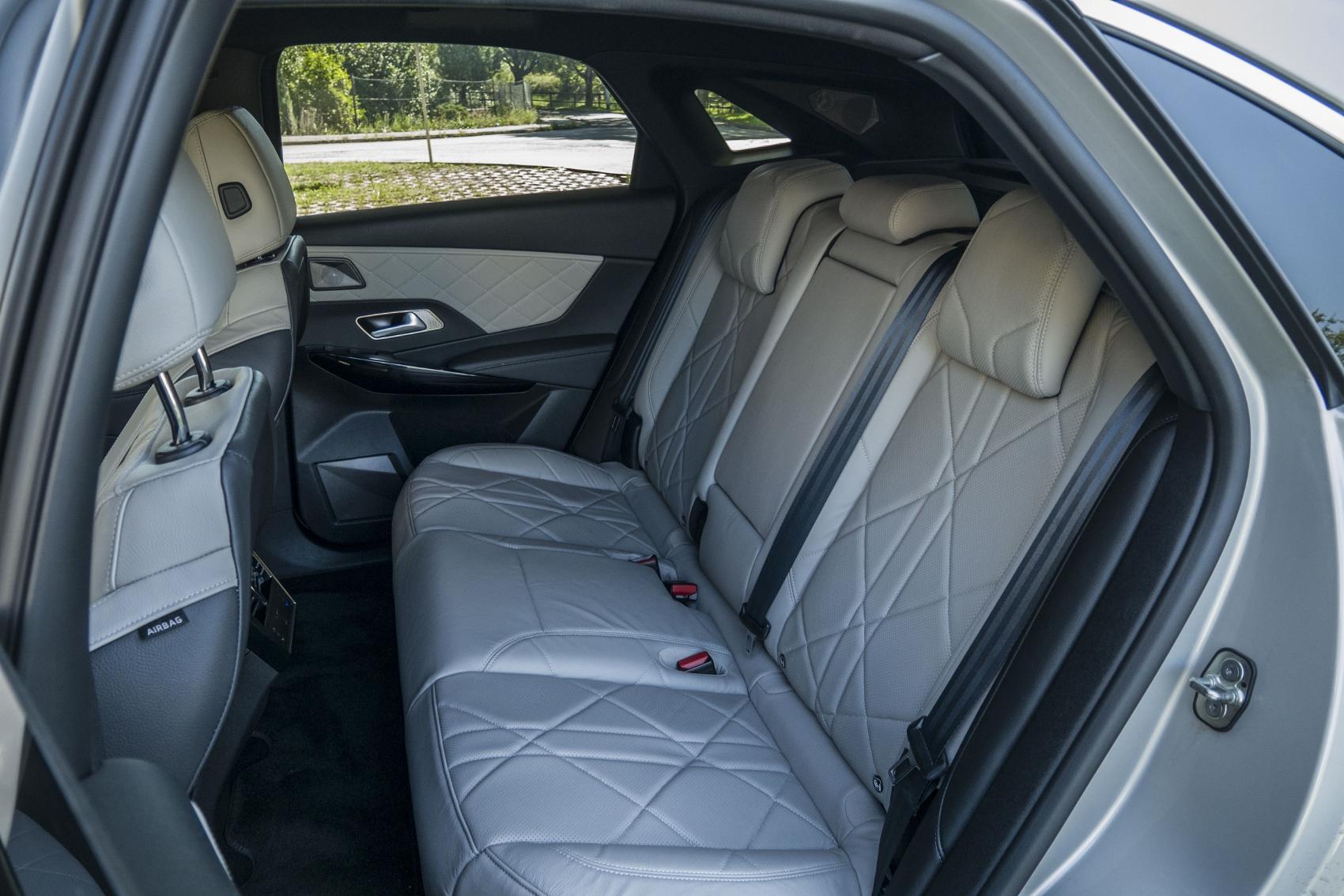 Test: DS 7 Crossback E-Tense kombinuje výborný pohon a luxusnú výbavu U7iYlBtKag ds-7-crossback-31