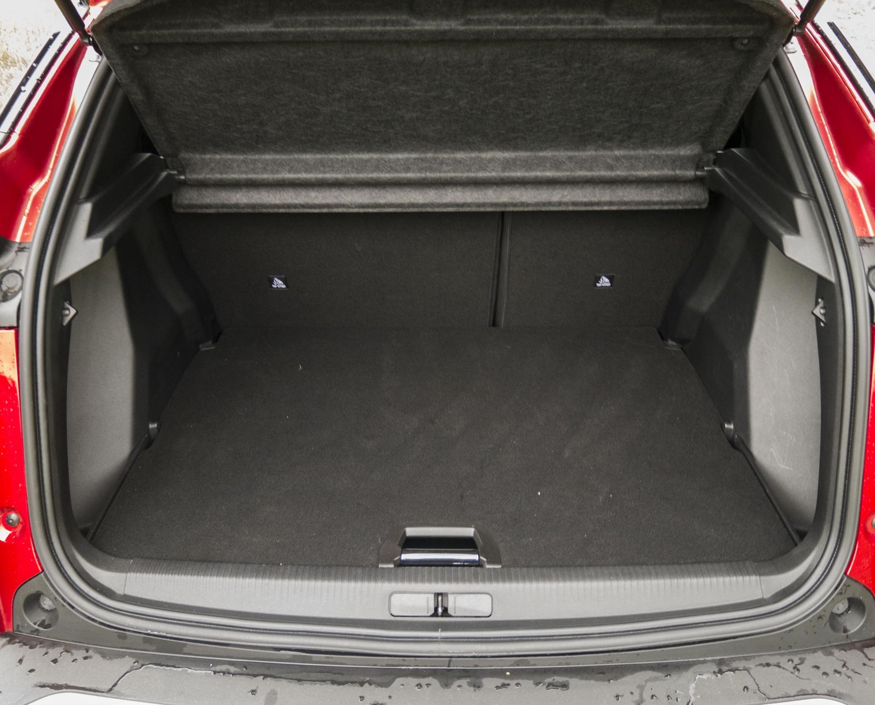 Test: Peugeot 2008 GT ohuruje silným trojvalcom a dobrou prevodovkou XCl0sFAn6G peugeot-2008-41