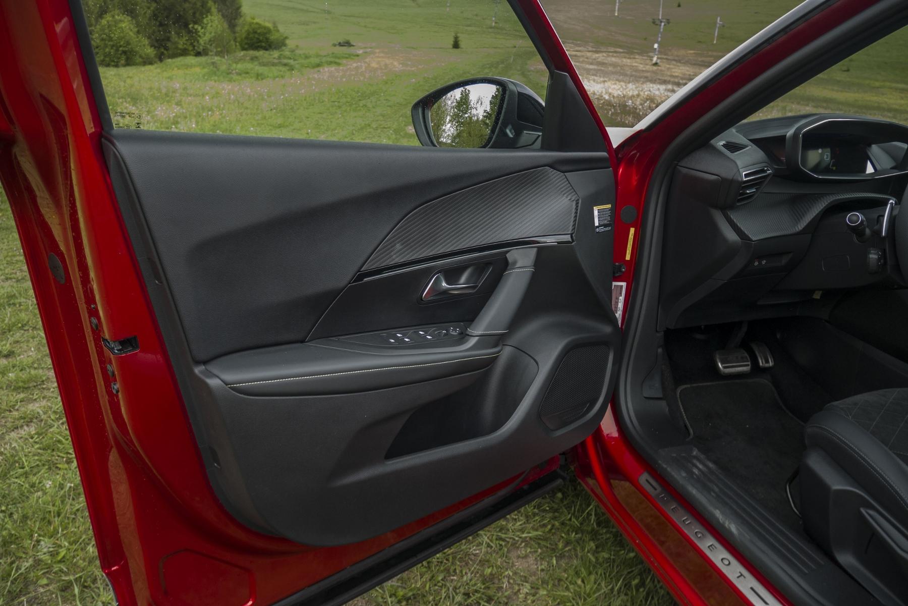 Test: Peugeot 2008 GT ohuruje silným trojvalcom a dobrou prevodovkou zUztCG7SQW peugeot-2008-54