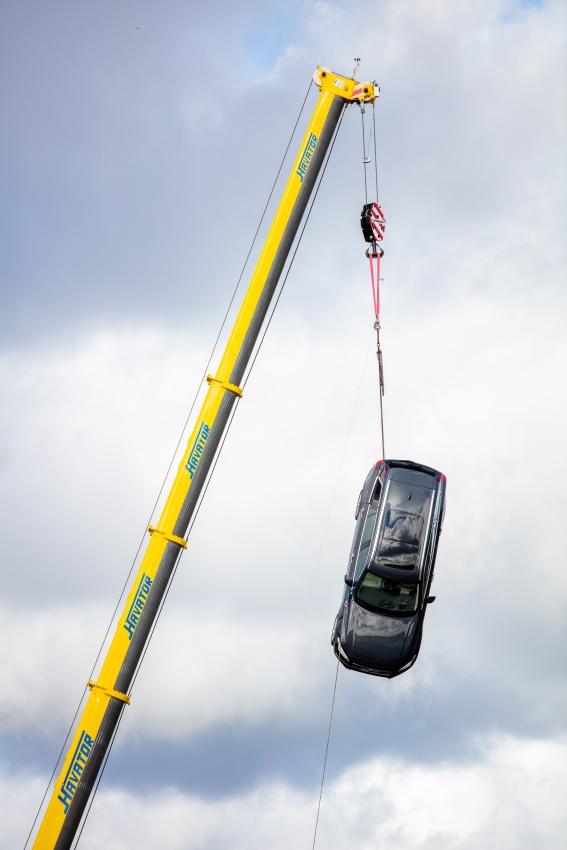 Volvo zhadzovalo autá z výšky 30 metrov, aby pomohlo so záchranou životov 2OozWq1gBT 274397volvocars