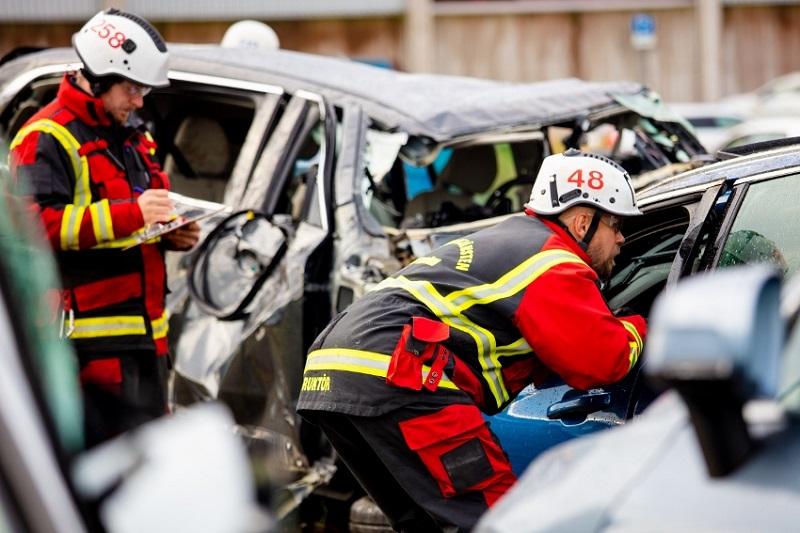 Volvo zhadzovalo autá z výšky 30 metrov, aby pomohlo so záchranou životov JaDT5XtvWe 274399volvocars