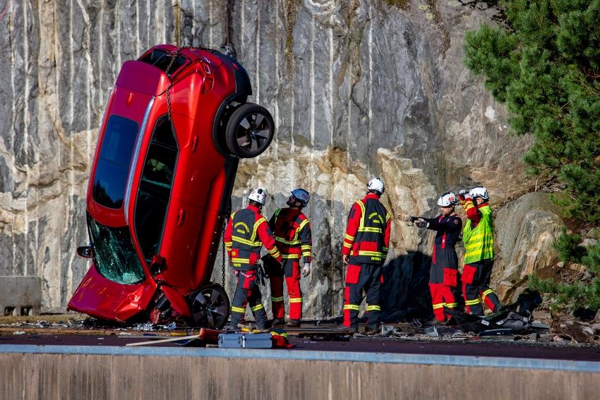 Volvo zhadzovalo autá z výšky 30 metrov, aby pomohlo so záchranou životov xe6u7Ueug7 274395volvocars