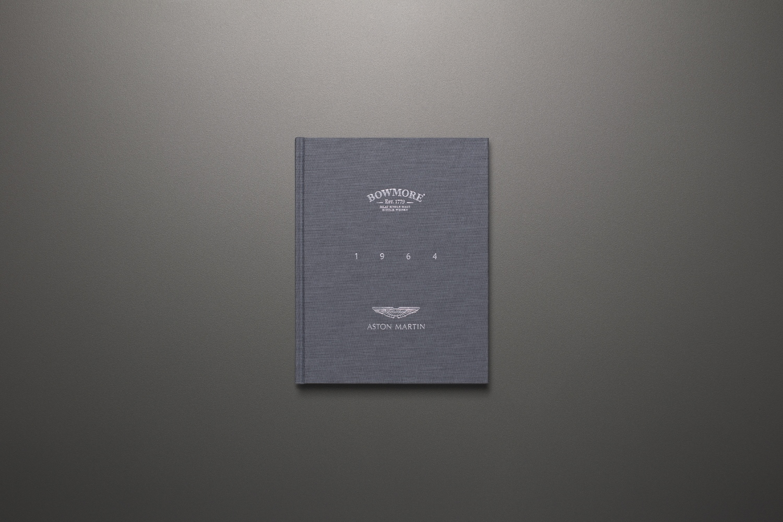 Whisky od Bowmore a Aston Martin má cenu luxusného auta jX6S33twgj a16blackbowmoredb5bookcover-1500x