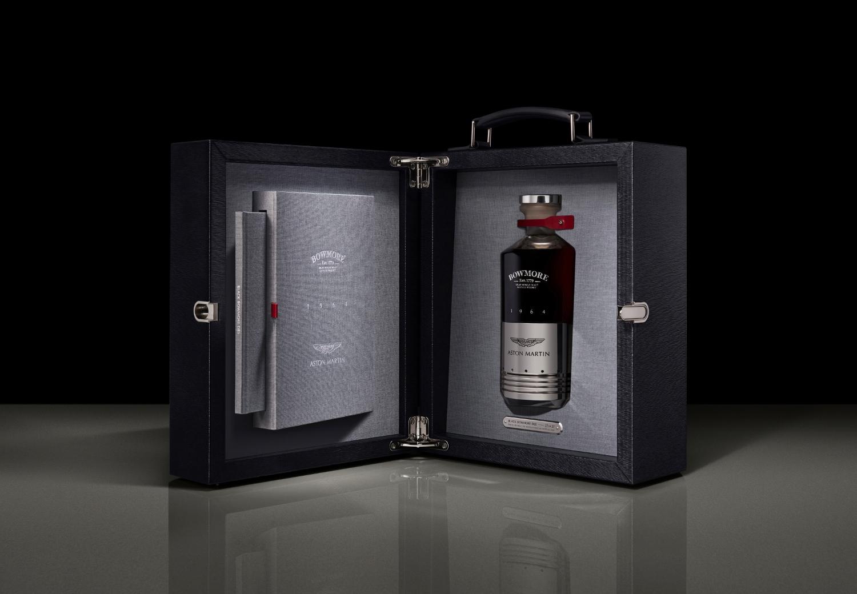 Whisky od Bowmore a Aston Martin má cenu luxusného auta xHNGyqsqgz a14blackbowmoredb5presentationcas