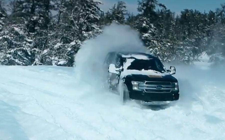 Video: Prototyp elektrického Fordu F-150 sa predviedol na snehu
