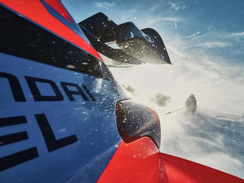 Video: Lyžiar zapriahnutý za autom. Hyundai ukázal skijöring na okruhu