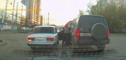 V Rusku riešia napäté situácie po svojom. Päste a nadávky nechýbajú