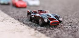 Pozrite si zmenšené modely áut Ferrari na veľkých fotkách