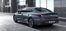 """Nový Hyundai Sonata pri čelnom náraze """"vypľuje"""" koleso von"""