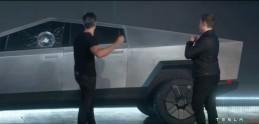 """Musk ukázal elektrický pickup Tesla Cybertruck. Počas premiéry rozbili """"nerozbitné"""" okno"""